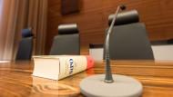 Prozesstisch: In Darmstadt arbeitete eine Beisitzerin der Richter unerlaubt wieder kurz nach der Geburt.