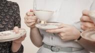 Ist es der Kaffee mit dem Verwöhnaroma? Schnurzegal, die Gäste sollen sich wohlfühlen – und dazu gehört auch ein entspannter Gastgeber.