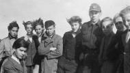 Beim Klassenausflug: Karl Lagerfeld (vorne links) mit Mitschülern auf der Kieler Förde, vermutlich 1948.
