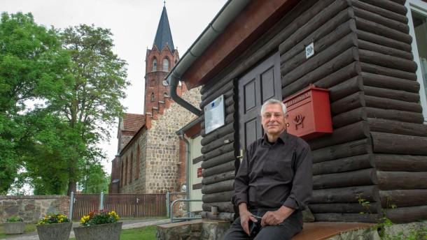 Dorfkümmerer -  Im brandenburgischen Altkünkendorf versucht Hans-Jürgen Bewer Projekte anzustoßen, um so den Wegzug aus der strukturschwache Region zu stoppen.