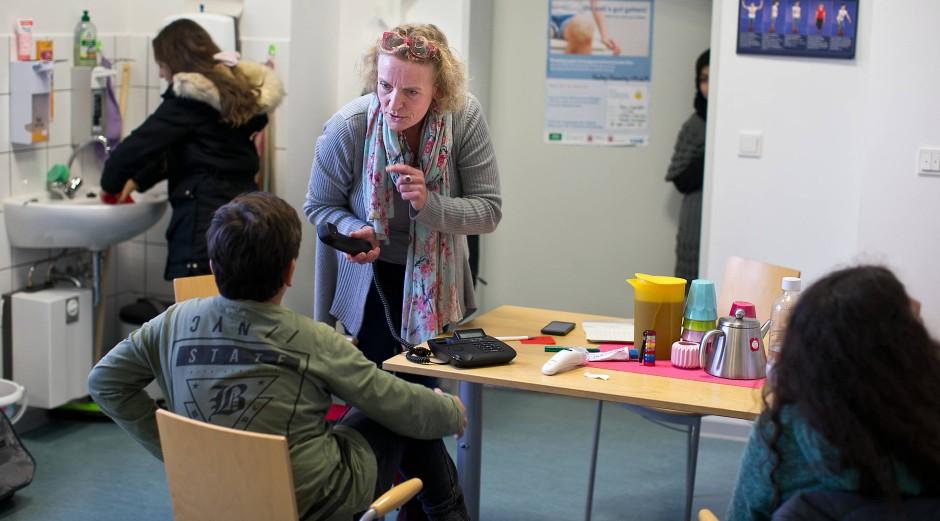 Ständig geht die Tür auf: Rund vierzig Schüler suchen täglich im Raum D133 bei der Schulkrankenschwester Rat.