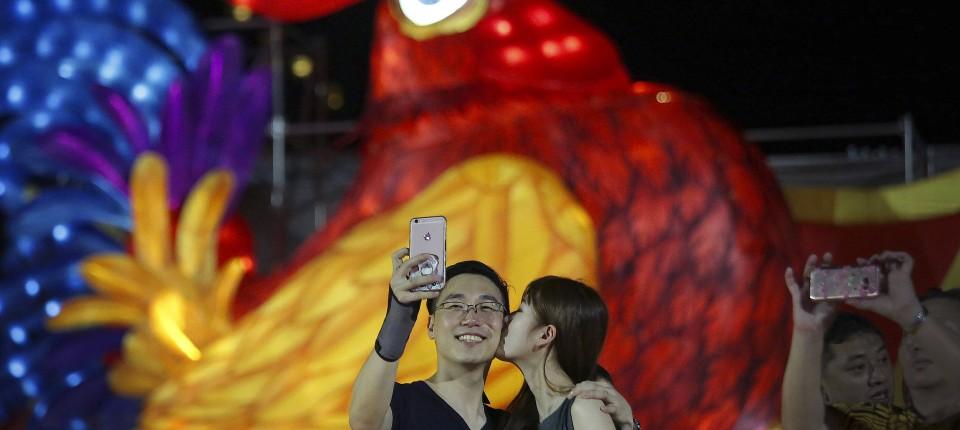 Chinesen feiern Jahr des Feuer-Hahns