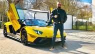 Abu Bakr Baletz mit seinem Goldschatz, einem goldenen Lamborghini Aventador.