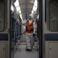 """Ein Mitarbeiter von Transport for London verteilt die antivirale Lösung """"Zoono-71"""" in einem Waggon der U-Bahn (Archivbild)."""