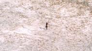 Seltene Sichtung: Nach dem Tsunami 2004 zielt ein Sentinelese mit Pfeil und Bogen auf einen Hubschrauber.