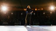 """""""Wer einmal vor leeren Rängen gespielt hat oder ausgebuht wurde, muss nicht mehr viel fürchten"""", sagt ein Veranstalter: Ex-Kellnerin und Kabarettistin Sonja Pikart Ende Januar während eines Auftritts bei der 32. """"Freiburger Kulturbörse""""."""