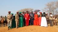 PAramount-Chief Vekuii Rukoro und andere örtliche Stammesältere bei einem Gedenken auf dem Hügel, der laut Historikern den Beginn des Völkermordes an den Herero bedeutete.