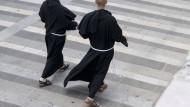 """Mönche laufen im Kloster Santa Croce in Assisi. """"Ich würde nicht sagen, es ist ein armes Leben, sondern ein einfaches"""", sagt Bruder Eugenio."""