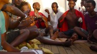 """Mit somalischen Liebesliedern wollen sie die Qualen aus den libyschen Folterlagern vergessen machen: Geflüchtete an Bord der """"Alan Kurdi""""."""