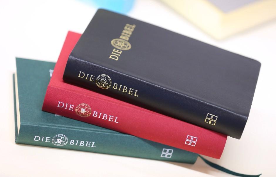 Neben der Bibel liegen auch Fantasy-Romane und Thriller in ihrem Regal.