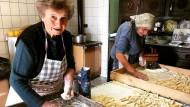 Die Omis von Pasta Grannies stellen traditionelle Pasta her.