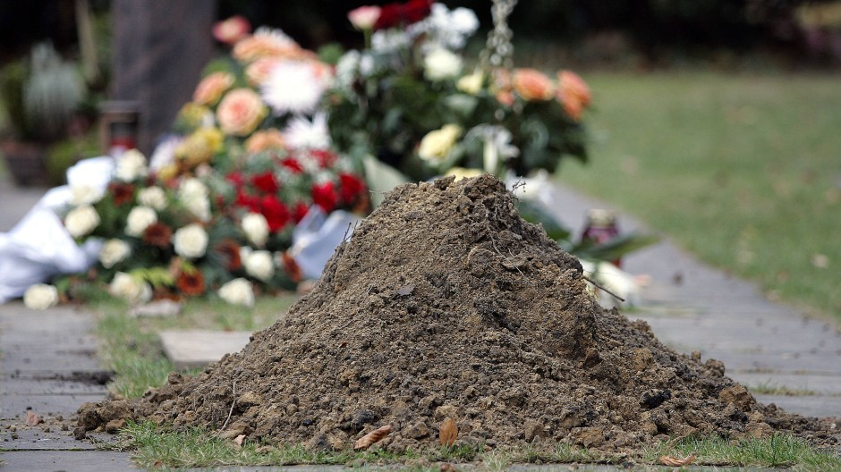 Auf dem Friedhof wurde eine Sechzigjährige von einer Unbekannten angesprochen, die sich als Tochter des verstorbenen Vaters vorstellte. (Archivbild)