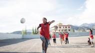 Kicken auf 3500 Metern: Auf Sandplätzen wie diesem, der zu einer Schule für Extibeter im indischen Leh gehört, wird die Soccer-Leidenschaft gefördert; die besten Spielerinnen werden dann fürs Team rekrutiert.