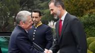 Joachim Gauck (l.) und Spaniens Könige Felipe VI. reichen sich die Hand.