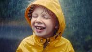 Glück kann für Kinder auch heißen, einfach mal im Regen zu stehen.