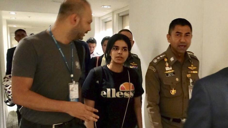 Rahaf Mohammed al-Kunun (Mitte) neben Surachate Hakparn (r.), Chef der Einwanderungspolizei von Thailand