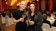 """""""Aufsteiger-Winzerin"""" und """"Winzer-Entdeckung"""" 2018: Carolin Bergdolt (links) und Carolin Weiler vor einer Woche bei der Gala im Ballsaal des Althoff Grandhotels Schloss Bensberg."""
