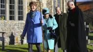 Kirchgang: Königin Elisabeth (2.v.l.) und Prinz Philip in West Newton.