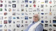 Der Designer mit einigen seiner Produkte: Rido Busse in seinem Unternehmen in Elchingen bei Ulm, das inzwischen von der nächsten Generation geführt wird.
