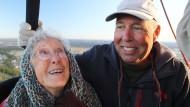 Überirdisch: Miss Norma mit ihrem Sohn Tim in einem Heißluftballon