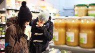 "Kunden in der Frankfurter Filiale des veganen Supermarkts ""Veganz""."