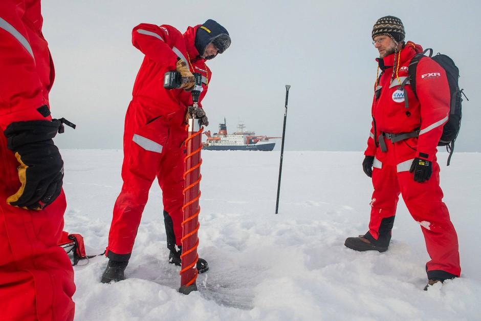 """Seit Oktober sind Gunnar Spreen (l) und Matthew Shupe mit der """"Polarstern"""" durchs arktische Meer gedriftet – jetzt kommt der Schichtwechsel."""
