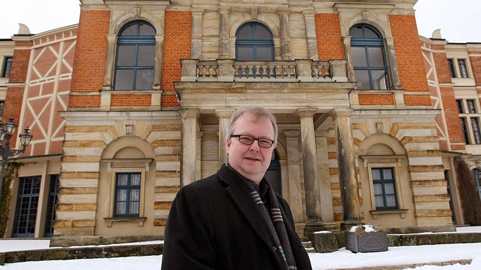Peter Emmerich, Sprecher der Bayreuther Festspiele, steht vor dem Festspielhaus in Bayreuth. Er starb im Alter von 61 Jahren.