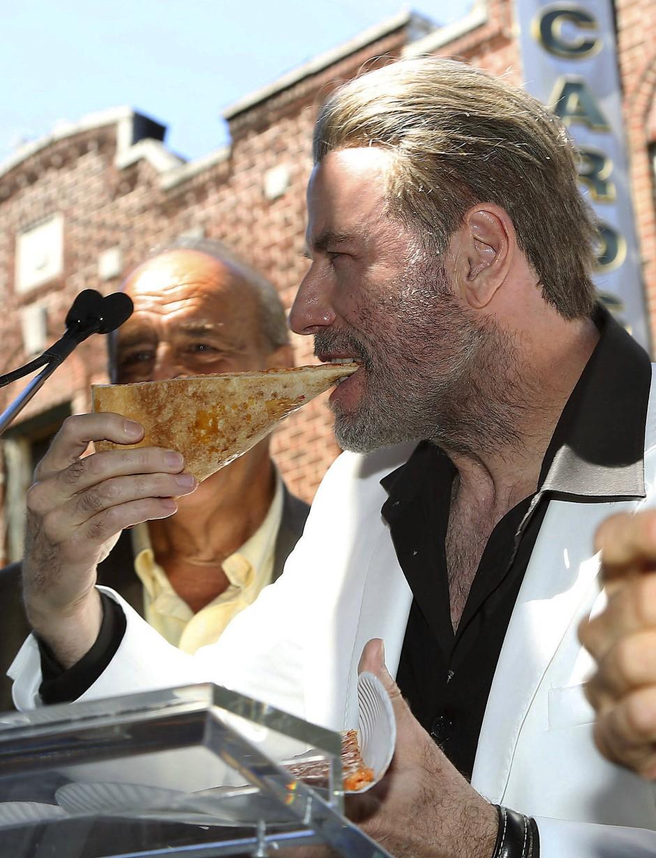 """Pizza für Travolta: In """"Saturday Night Fever"""" sind es gleich zwei Stück übereinander gelegt."""