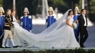 Vorne wird geweint, hinten geschwitzt: Chris O'Neill, seine Braut Prinzessin Madeleine von Schweden und ihre Wasser-, Pardon, Schleierträger