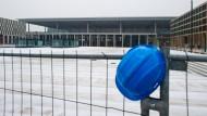 Nichts kreucht, nichts fleucht: Das Terminal des womöglich irgendwann einmal in Betrieb gehenden Berliner Flughafens nach leichtem Schneefall.