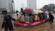 Der heftigste Monsun seit Jahren hat die Millionenmetropole Jakarte unter Wasser gesetzt. Hunderttausende Einwohner sind auf der Flucht vor den Wassermassen und ein Ende des Regens ist nicht in Sicht.