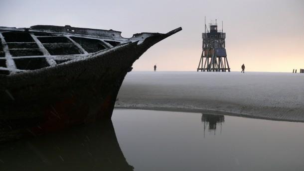Erosion macht Schiffswracks auf Sandbank sichtbar