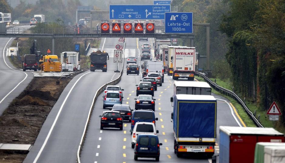 Auf monotoner Strecke müssen Kraftfahrer aufmerksam bleiben. Wenn plötzlich der Verkehr stockt, kann es gefährlich werden.
