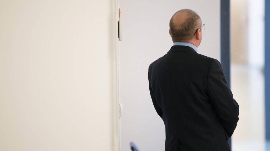 Jaroslav K. vor der Verhandlung im Amtsgericht Kassel: Als über die Verletzungen der Opfer gesprochen wird, weint er still.