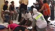 Ärzte versorgen Überlebende im indonesischen Lombok