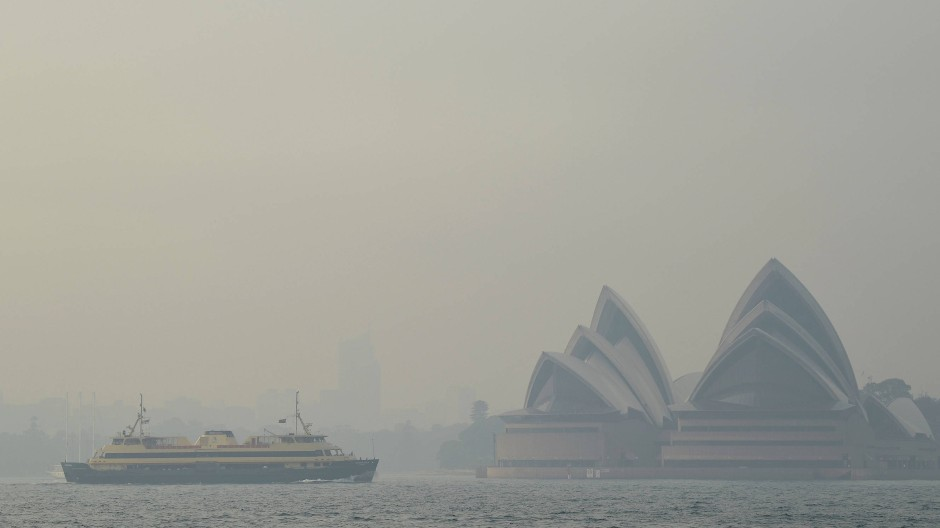 Sydney ist durch die umliegenden Buschfeuer noch immer in dichten Rauch gehüllt.