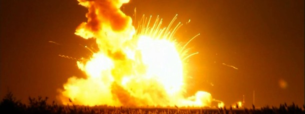 Vom Triebwerk aus steigen gleißende Flammen auf und hüllen die zur Boden stürzende Antaris-Rakete vollständig ein.