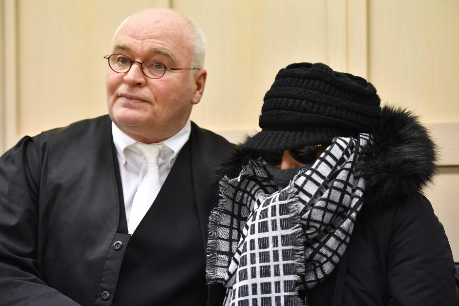Die rote Ampel übersehen: Ozge C. am Donnerstag mit ihrem Anwalt.