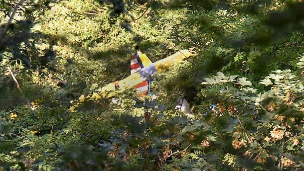 Abgestürzter Pilot verbringt Nacht in Baumkrone