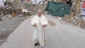 Papst besucht Erdbebenopfer in Amatrice