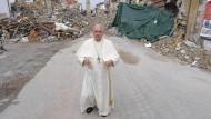 Papst Franziskus bei seinem Besuch am Dienstag im vom Erdbeben getroffenen Amatrice in Mittelitalien.