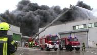 Feuerwehrmänner löschen den Brand auf dem Gelände des Geflügelproduzenten Wiesenhof in Lohne.