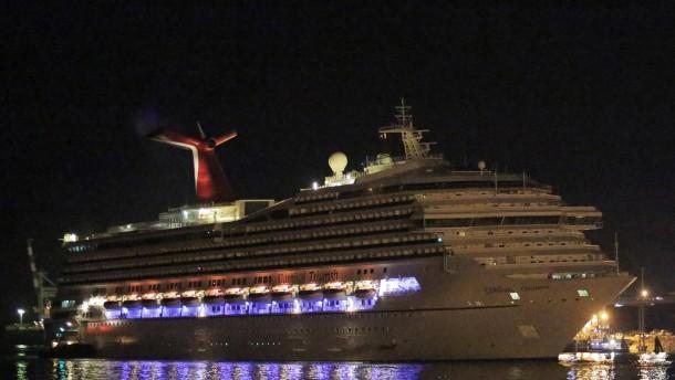 Navigierunfähiges Kreuzfahrtschiff Triumph in Hafen geschleppt