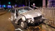 Die Unfallstelle in Nienburg. Bei dem tragischen Unfall haben sich Teile des Brückengeländers in das Auto hineingebohrt.