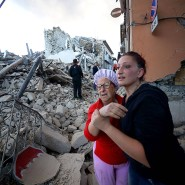Zwei Bewohnerinnen vom Amatrice inmitten der Zerstörung nach dem Erdbeben.