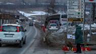 Eine Frau geht an Blumen und Kerzen am Ort des Unfalls vorbei, bei dem sieben deutsche Skiurlauber getötet wurden.