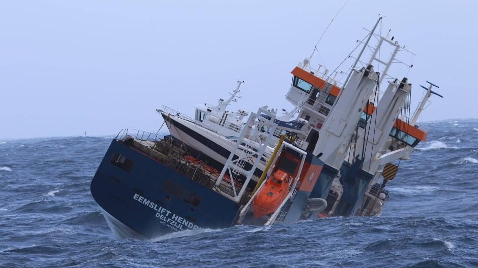 """Hatte am Ostermontag bei schlechtem Wetter und heftigem Wellengang Schlagseite bekommen: der norwegische Frachter """"Eemslift Hendrika"""""""