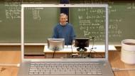 Vom Briefverkehr zur Video-Vorlesung: Das Internet hat das Fernstudium erleichtert.
