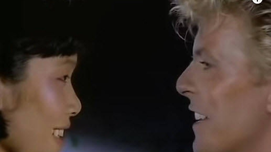 """Wer bestimmt hier wen? Szene aus David Bowies Video zu """"China Girl"""""""