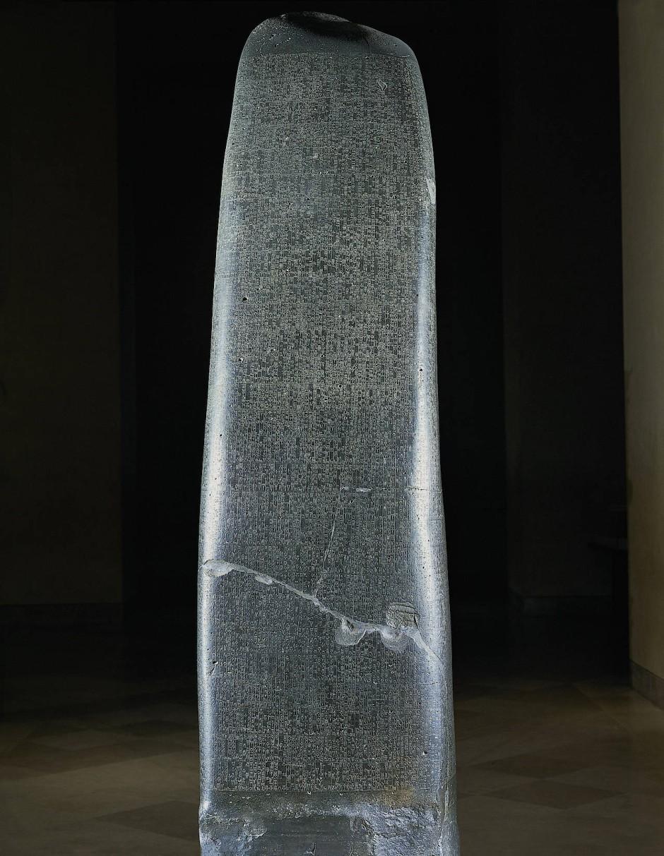 Die Stele des Hammurapi ist auch auf der Rückseite mit Keilschrift übersät.